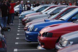 Kapoty rôznofarebných aut pripravených na štart